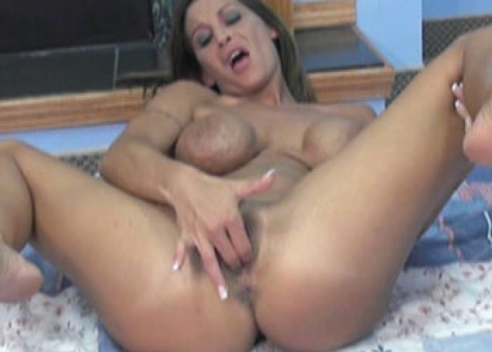 Petite MILF Leeanna makes herself cum
